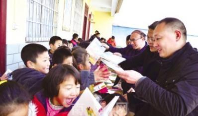 """河南南阳:2000册爱心图书""""扎根""""移民新村"""