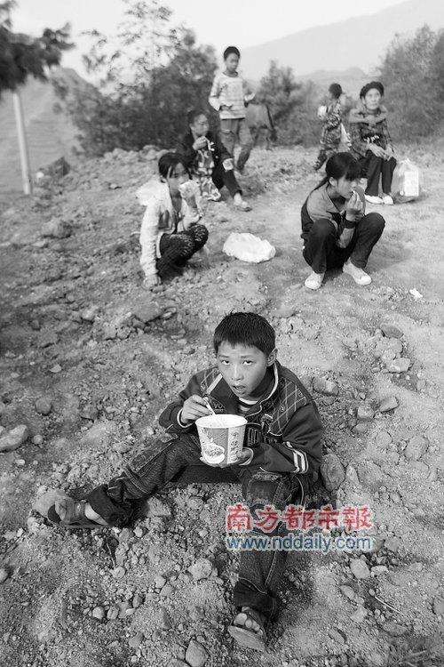 云南一代课教师手刨救学生 土坯教室已存40余年
