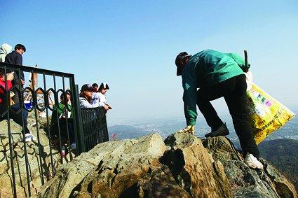 香山游客创23年新高 环卫工日清垃圾2400公斤
