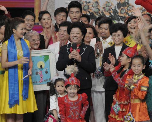 陈至立、宋秀岩在晚会上与来自全国各地的家庭代表欢聚一堂