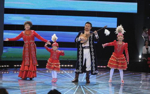 来自新疆维吾尔自治区的哈萨克族族家庭表演歌舞《冬不拉》