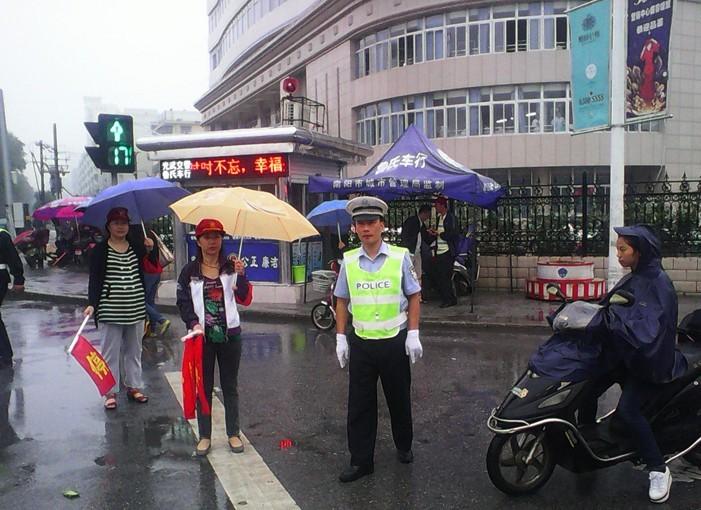 靳岗街道妇女干部参加交通志愿者活动